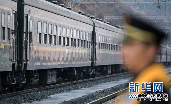 5633次列车驶离成昆铁路沙马拉达站(1月26日摄)。新华社记者 薛玉斌 摄